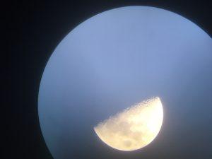 Mond durch ein Teleskop